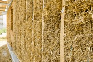 Bottes de paille et isolant fibre de bois en murs extérieurs